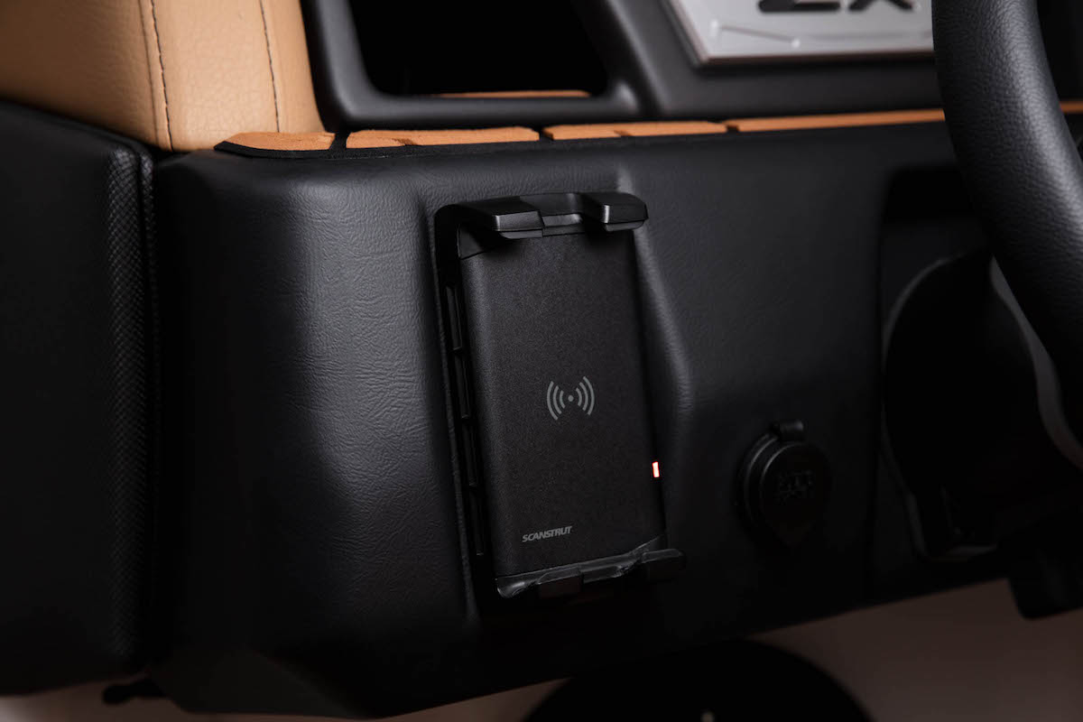 Tige Boat 21ZX is equiped with a Incharge phone holder. No more cable needeed.