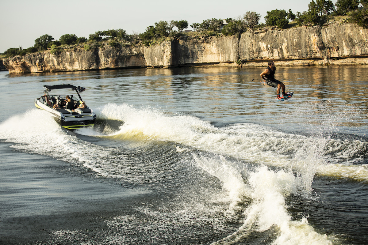 The Tige Boat 23RZX let you do not only wakesurfing but also wakeboarding with a perfect suitable wave.
