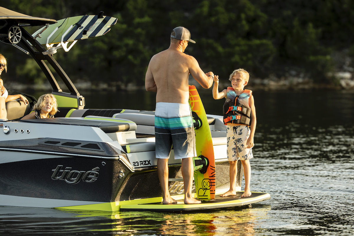 Tige Boat 23RZX is equipped with a platform at the back that let you get ready easily and stand