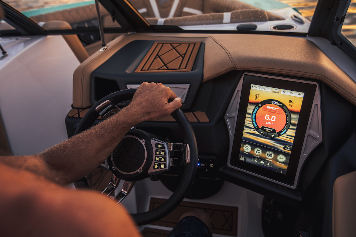 Tige tablet for Go Surf, wake, ski: one click and the wake immediately adapted to the activity you want to do: ski, wake or surf