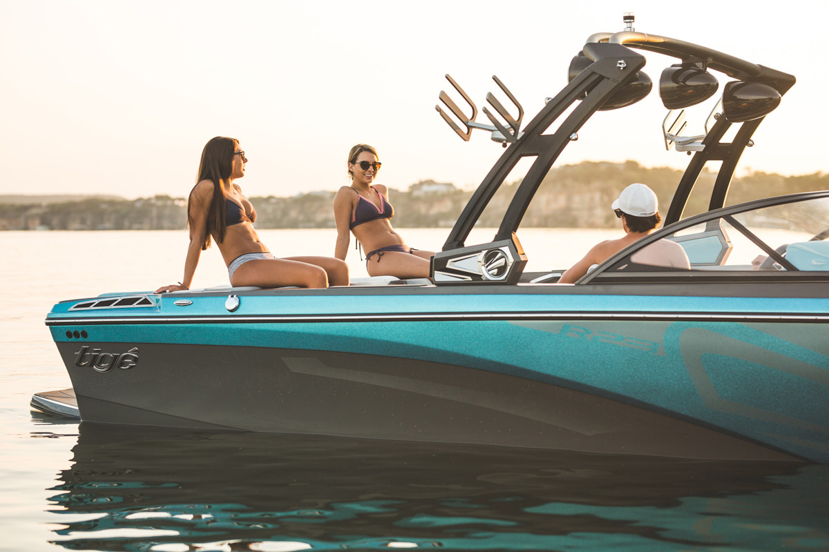 Tige boat R23 with friends