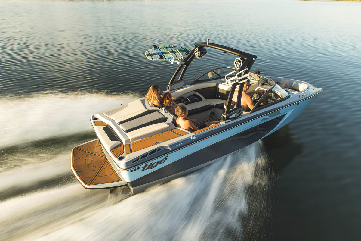 Tige Boat R20 running with a family, the 20' boat is romy and perfect for a day on the bay with family or a group of friends