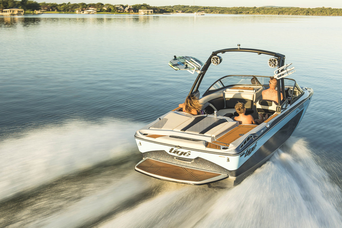 Tige Boat R20 is equipped with a back platform