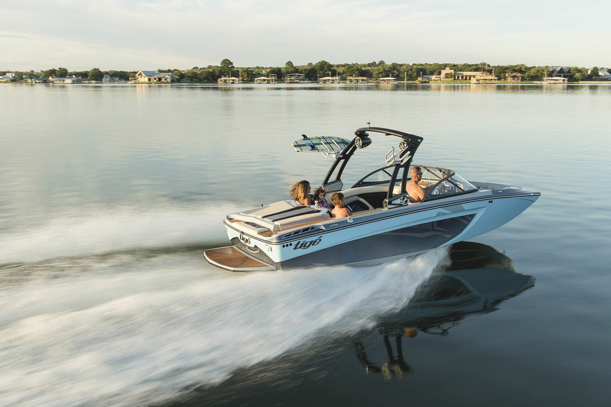 Enjoy your Tige Boat R20 at any time of the day with your family and friends