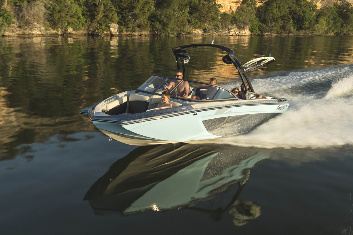 Tige Boat R20 running with a family, the boat is perfect for a day on the bay with family or a group of friends