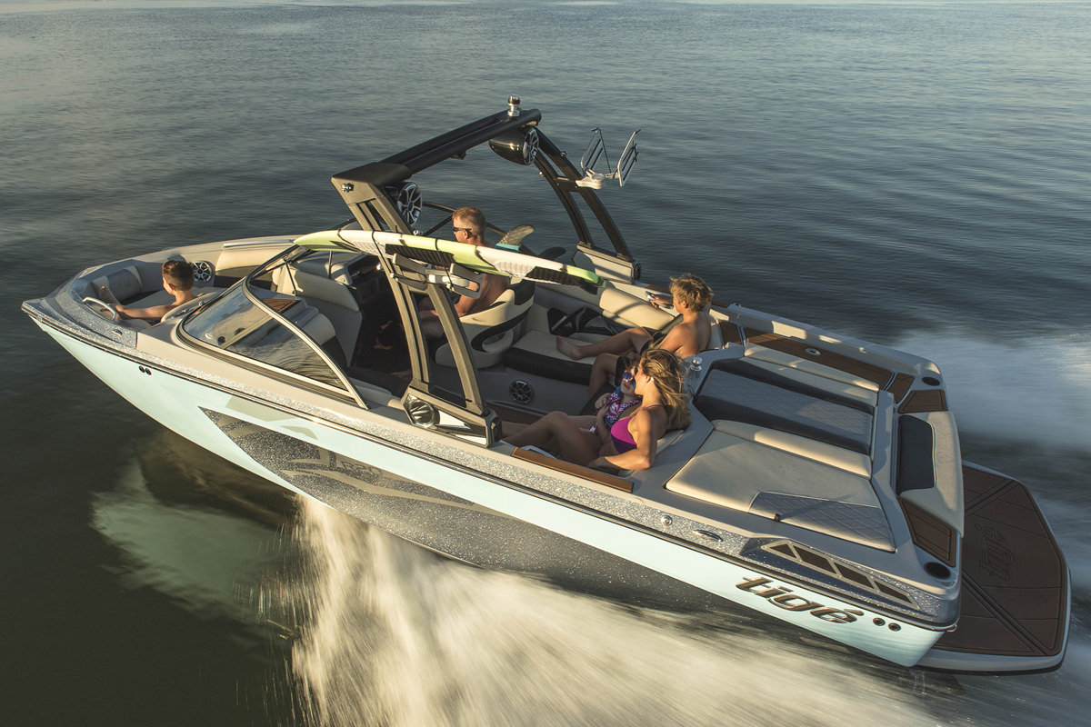 Tige Boat R20 running with a group of friends on board enjoying their day