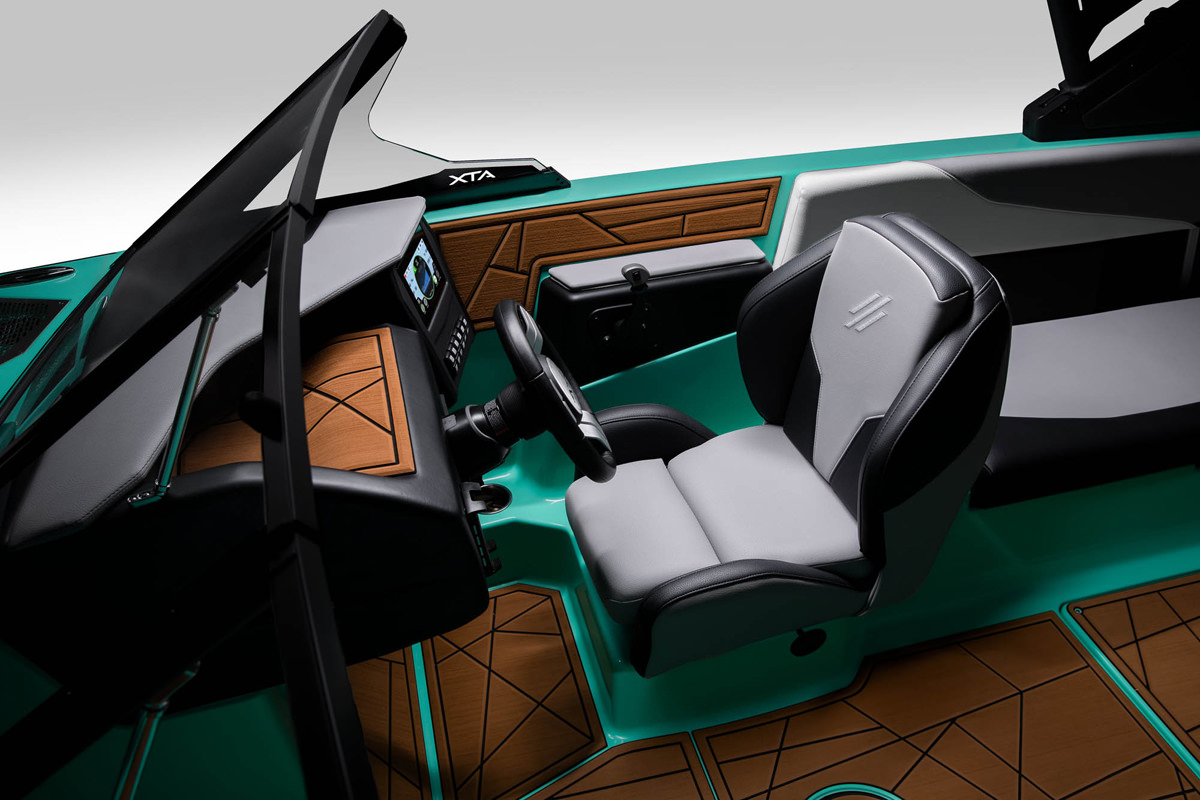 Tige Boat ATX24 Type-s has a pilot seat that you can rotate for enjoy a moment with your passengers
